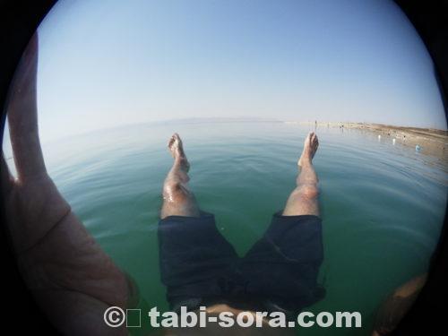 死海での浮遊