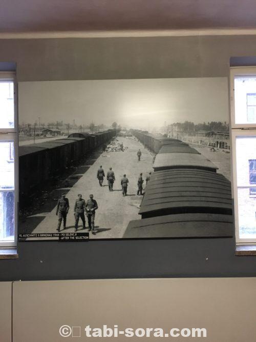 収容者を運んできた列車