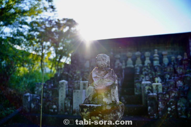 墓地入口の仏像