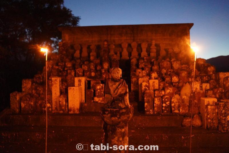 夜の墓地の入り口