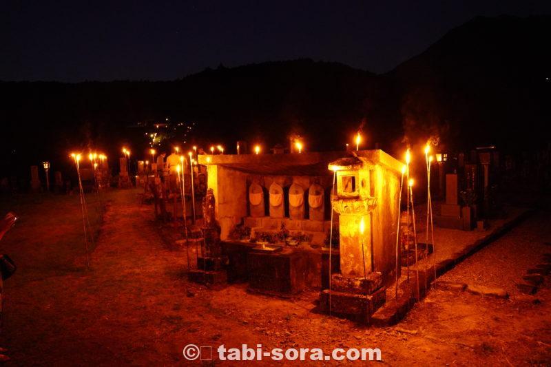 夜の墓地の中