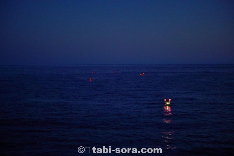 かなり暗くなった沖へ向かう精霊