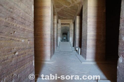 墳墓内の通路