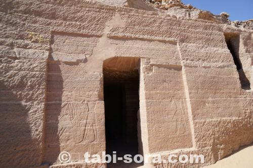 墳墓の入り口のレリーフ