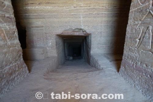 墳墓内を下る廊下