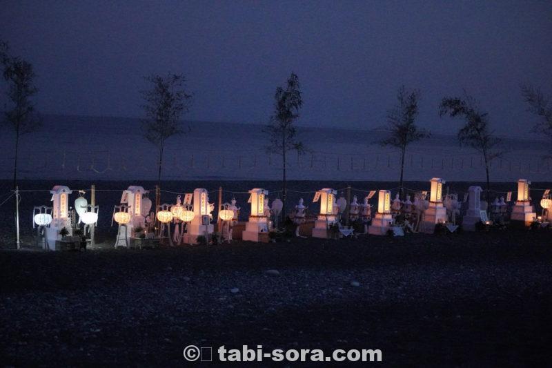 暗くなってきた海岸と灯籠