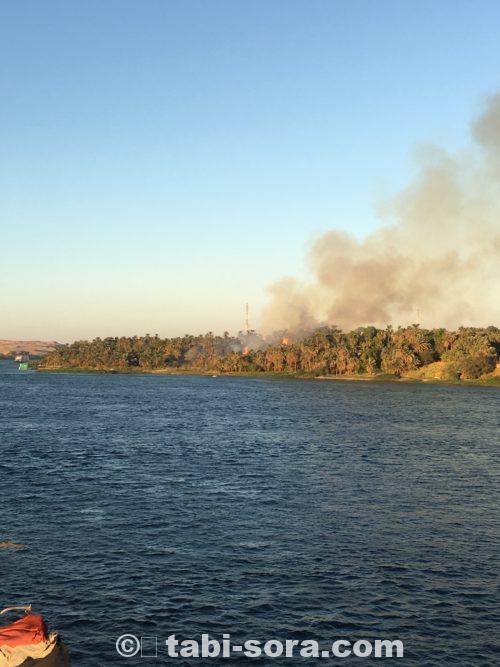 岸辺の火事