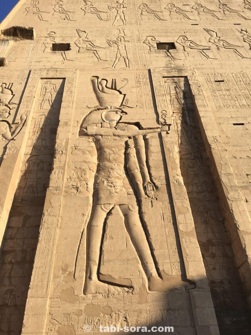 ホルス神殿の門に描かれたホルス神
