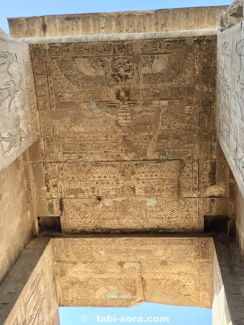 門の上の天井画