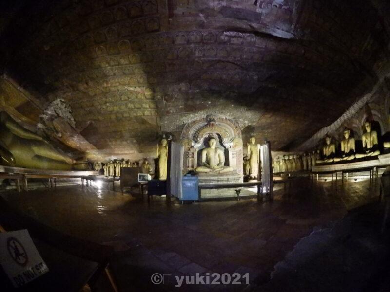 ダンブッラ石窟寺院の室内